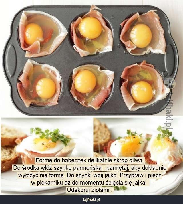 Pomysł na śniadanie - Formę do babeczek delikatnie skrop oliwą. Do środka włóż szynkę parmeńską , pamiętaj, aby dokładnie wyłożyć nią formę. Do szynki wbij jajko. Przypraw i piecz w piekarniku aż do momentu ścięcia się jajka. Udekoruj ziołami..