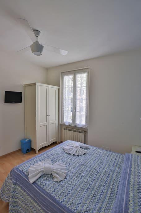 Bed & Breakfast in Riomaggiore, Italy. Si tratta di una camera matrimoniale, affiancata da una camera con due letti singoli, che in caso ci siamo solo 2 ospiti può diventare un salottino o stanza colazione. Le satnze sono dotate di ampio e luminoso bagno.