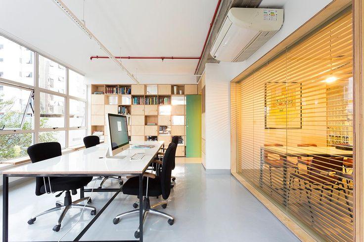 Espaços de trabalho compartilhado (por profissionais autônomos, membros da mesma empresa ou de companhias diversas) em escritórios de coworking: no Brasil, em Minas Gerais, os arquitetos da Dobra Arquitetura criaram o espaço Guajajaras