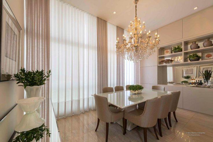 Projeto de Sala de Jantar por CRIA Arquitetura / produtos Santa Rita cortinas  confeccionadas em alta costura com tecido gaze de linho em modelo prega macho.