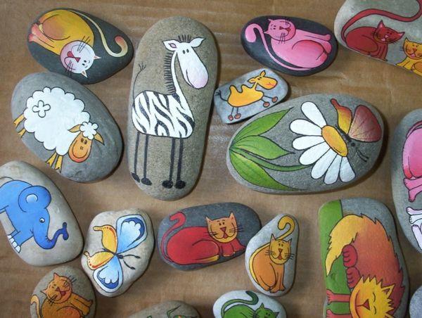 mehrere-originelle-Steine-als-Dekoration-für-den-Garten