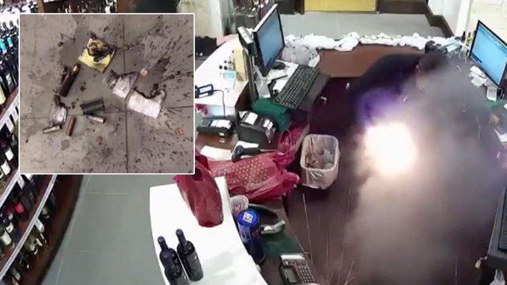 Wein-Verkäufer Otis Gooding unterhielt sich gemütlich mit seinen Kollegen, als plötzlich seine E-Zigarette in Flammen aufging.