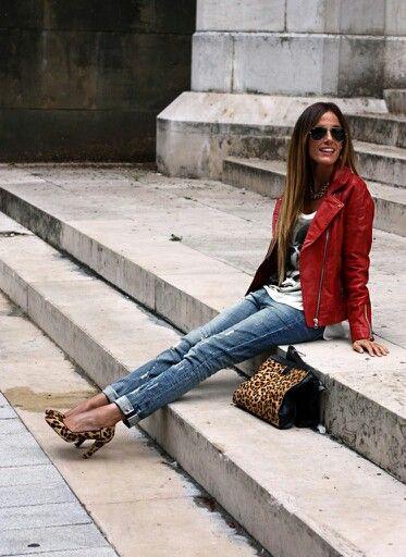 Con chaqueta de cuero rojo