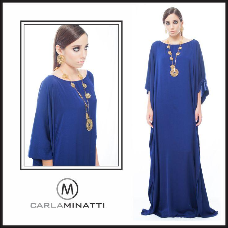 La #túnicas por su diseño #minimalista, se complementan perfectamente con #accesorios grandes como este collar dorado