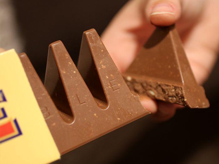 Embora você imagine que não exista nenhuma maneira errada de comer Toblerone, existe uma maneira mais fácil de quebrar os deliciosos triângulos de chocolate.