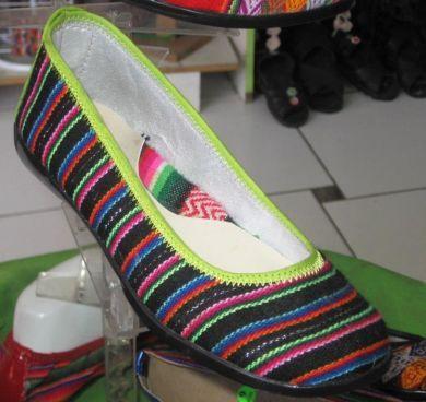 Farbenfroh gestreifte Damen Slipper aus peruanischem Manta Stoff