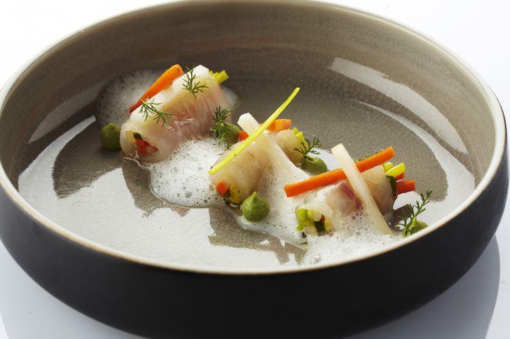 Een overheerlijke tom ka kai-soep met rolletjes gemarineerde rode poon met frisse groentjes, die maak je met dit recept. Smakelijk!