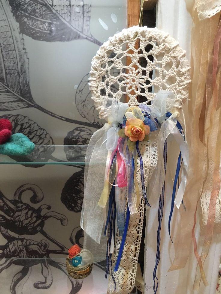 Atrapa sueños de crochet con cintas de seda y gasa de Tilonka Lanas, CLP 20.000