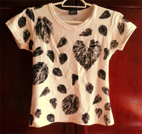 DIY t-shirt - print made from plant leaves See more here: http://customizando.net/como-customizar-camiseta-com-folhas-de-plantas/