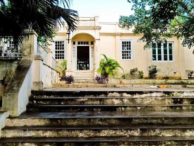 Гавана. В поместье Финка Вихия Эрнест Хемингуэй прожил 20 лет. После самоубийства писателя, его третья жена подарила дом правительству, а оно в вою очередь сделали из него дом-музей. Здесь все осталось по-прежнему, обстановка навевает атмосферу прошлых лет. В доме сохранилась огромная библиотека писателя.