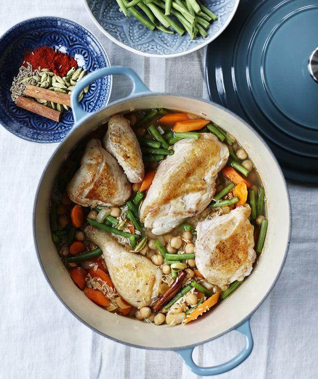 Lav al maden i én gryde, og spar både tid og opvask! One pot-kylling er en velsmagende, krydret ret med masser af fylde fra kikærter, gulerødder og bønner.