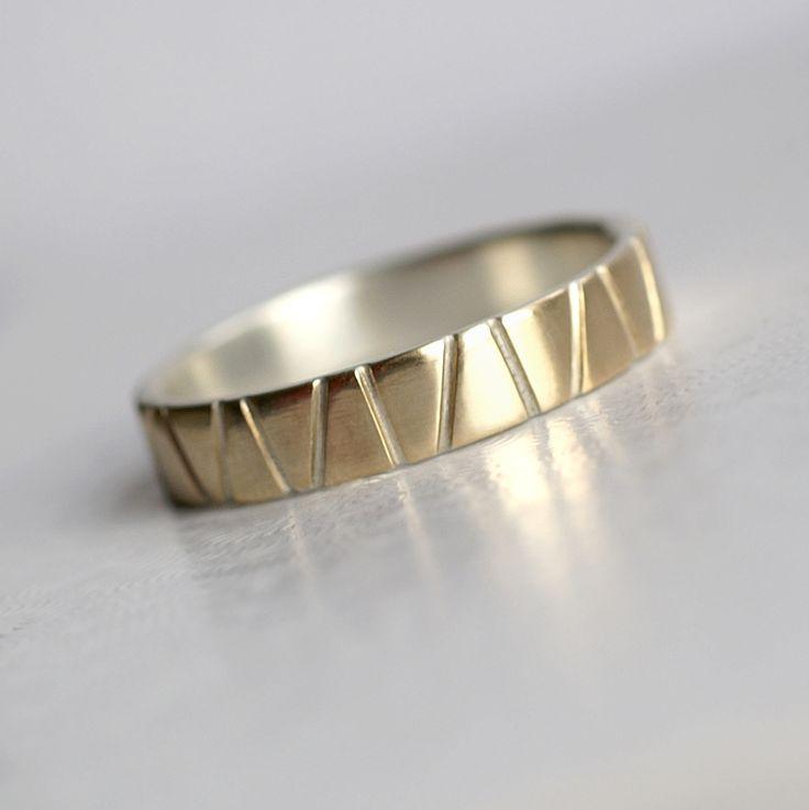 Lines+in+Gold+-+Snubní+prsten+ag+++au,+5+mm+Prsten+ze+stříbra+ryzosti+925/1000+a+žlutého+zlata+vyrobený+na+objednávku+ve+vaší+velikosti.+Základ+tvoří+silnější+stříbrná+obroučka,+na+kterou+je+jako+napájený+tenký+zlatý+plech.+Ten+je+ručně+prořezávaný+až+na+stříbro+pod+ním+a+vše+je+pečlivě+zabroušené+a+ohlazené.+Stříbrná+část+je+matovaná+a+zlatá+leštěná...