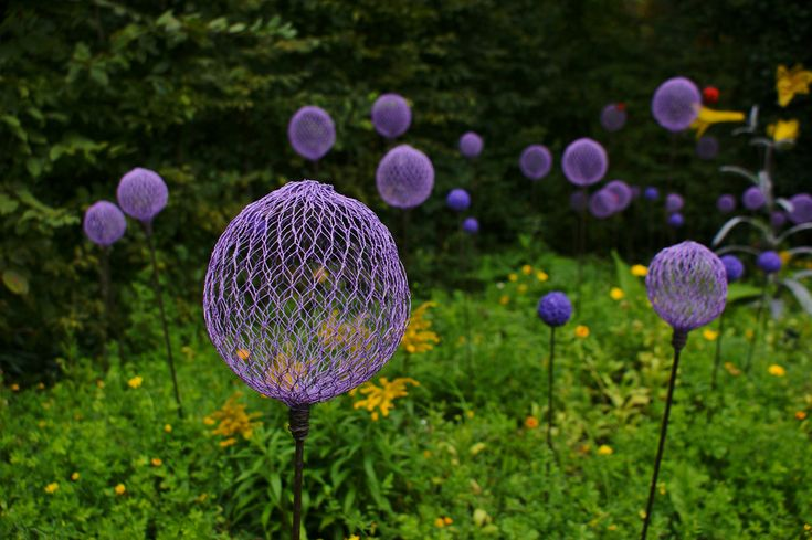 chicken wire sprayed purple ~ simulated alliums!