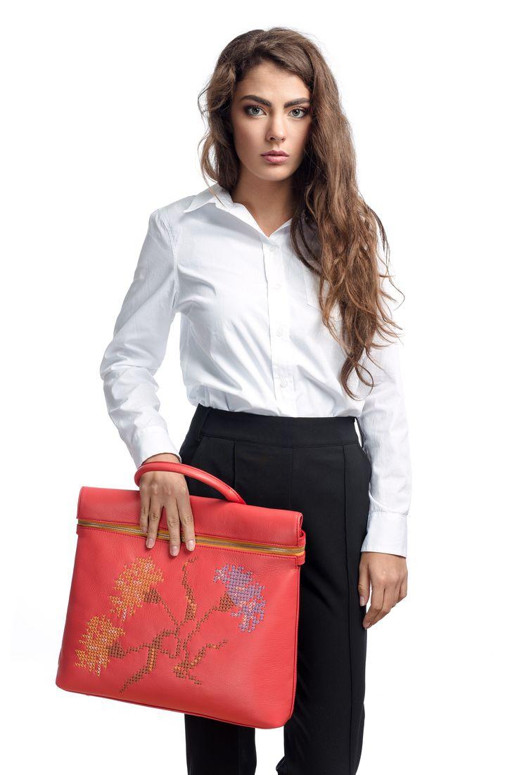 RENA - geanta Ilinca brodata cu motive florale (garoafe)