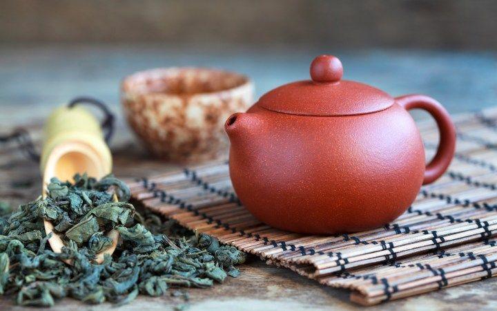 La cerimonia del tè nasce in Giappone, ma trova nuova vita in Inghilterra. Raccontiamo la sua storia, i benefici di tè verde e nero e le sue varietà.