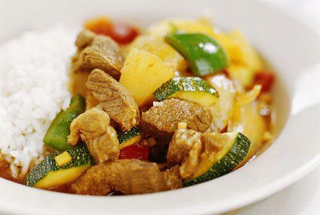 En lättlagad köttgryta på benfri bog, skinka eller grytbitar av fläsk. Ananas och ingefära ger spännande smak. Köttet behöver inte brynas – det spar både fett och tid och ger dessutom mindre matos.