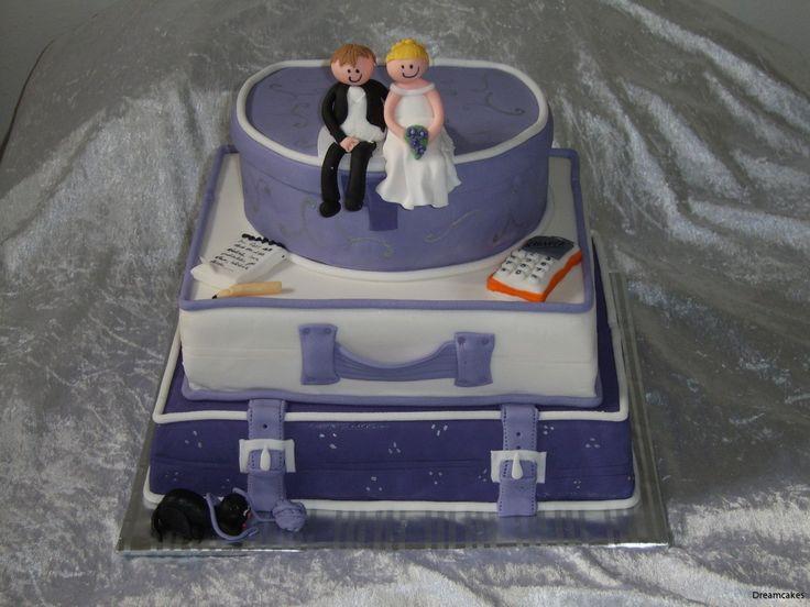 Ett resglatt brudpar beställde denna bröllopstårta. Självklart skulle katten vara med på ett hörn! #resväskor #bröllopstårta #weddingcake #tårta #våningstårta #stackedcake