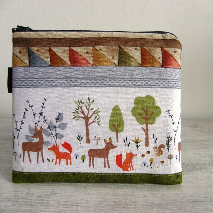 kapsička+-+zvířátka+v+lese+Nepostradatelná+kapsička+do+každé+kabelky+třeba+na+malovátka,+klíče,+telefon,+šperky...+zkrátka+na+co+právě+potřebujete.+Můžete+ji+nosit+v+kabelce,+darovat+jako+dárek...+Kapsička+vyztužená+pro+větší+bezpečnost+věcí+uvnitř+a+příjemnější+omak.+Zadní+díl+kapsičky+je+ze+zelenkavé+koženky.+Podšívka+je+kytičkovaná+s+kapsičkou.+...