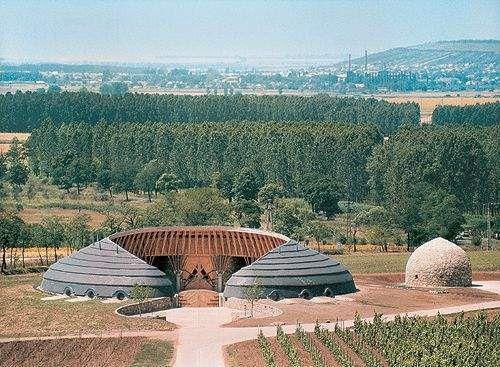 A tokaji Disznókő Birtok fent látható épülete, az akusztikájáról és formáiról híres Traktorgarázs. A pincészet présháza és a traktorgarázs szintén a korábban említett Ekler Dezső, Ybl díjas építész tervei alapján készültek el 1995-ben.