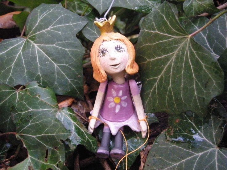Loutkoterapie - Princezna v lila šatech Princezna si dnes oblékla fialové šaty s květinou, má ráda jaro a leden je tak dlouhý... Panenky jsou vyrobeny z vysokopálené tvrdé keramiky ( 1180 st.), Barva hlíny je světle krémová. Vlasy, šatičky a botky jsou malovány glazurami a barevnými hlinkami - engobami. Na povrchu je transparentní glazura nebo bezbarvý tvrdý akrylový lak pro ...