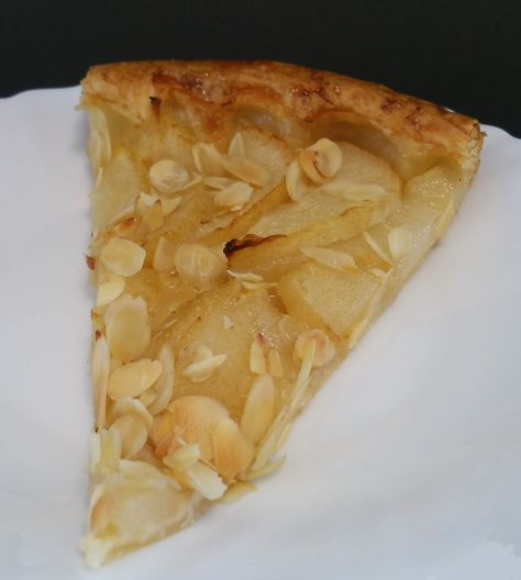 Une pâte feuilletée garnie de crème d'amande et de fines lamelles de poires...