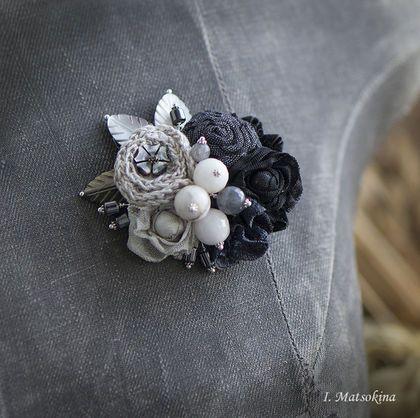 Купить или заказать Брошь Мышка в интернет-магазине на Ярмарке Мастеров. Миниатюрная брошь собрана из цветов, выполненных из японского хлопка и кружева. Дополняют композицию соцветия - различные бусины из натуральных камней агата, лабрадора. Фурнитура цвета серебра. Украсит повседневный костюм или платье, свитер крупной вязки или шарф. Послужит цветовым акцентом. Сделано с любовью, а значит принесет удачу!