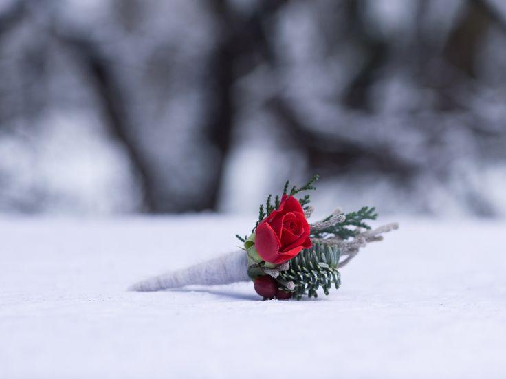 красная бутоньерка для жениха red boutonniere