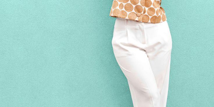 De witte broek is een zomerklassieker. Toch kun je bij het dragen flink de mist in gaan. Margriet geeft tips om blunders met de witte broek te voorkomen.