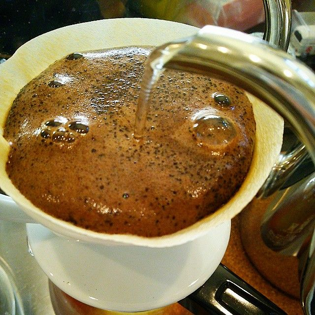 本日の一杯 【ブラジル・ウォシュト 中深煎り】 ストレートコーヒーで一番人気の ブラジル・ウォシュト 中深煎り、 口当たりが柔らかく、苦味、酸味は軽く、それでいてコク、甘味は強くかんじます。 ほうじ茶の様な香ばしい香り風味が有るため、 『コーヒーが苦手!?』 『日頃あまり飲まない!?』 と仰られる御客様に好評頂き、支持されています。 (自家焙煎コーヒーカフェアプフェルバウム)