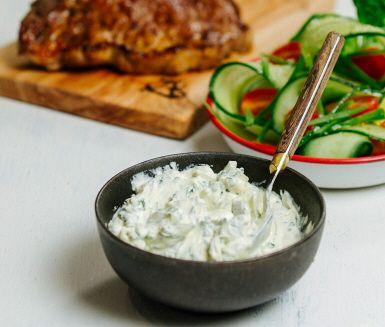 Upplev sommaren på ryskt vis. Smetana är en rysk sås och självklar ingrediens till exempelvis stroganoff. Nu i en skönt somrig variant med basilika och lime. Smaken är rund men frisk och konsistensen tjockt krämig. Njut!