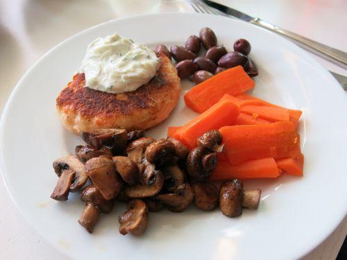 Middagtips: Stekte fiskekaker av laks og kveite med kokte gulrøtter, stekt sopp og tzatziki (Rusa på livet!!!)