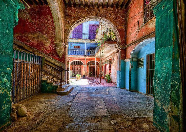 Malerische Ruine Solar Aguiar: Vergangener Glanz und Verfall liegen ganz nah beieinander in den Havanna-Aufnahmen des Fotografen Werner Pawlok.