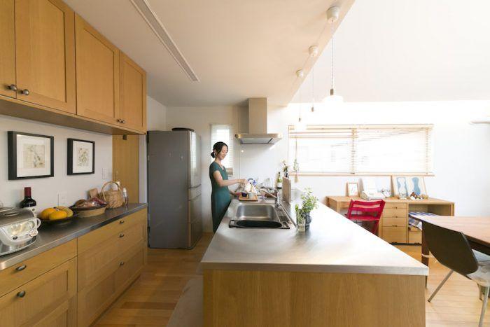 広々としたキッチン。奥にはパントリーも。「IKEA」で購入した無垢材のキッチン台は、ふたつが背中合わせになり、ステンレスの上板で接続している。