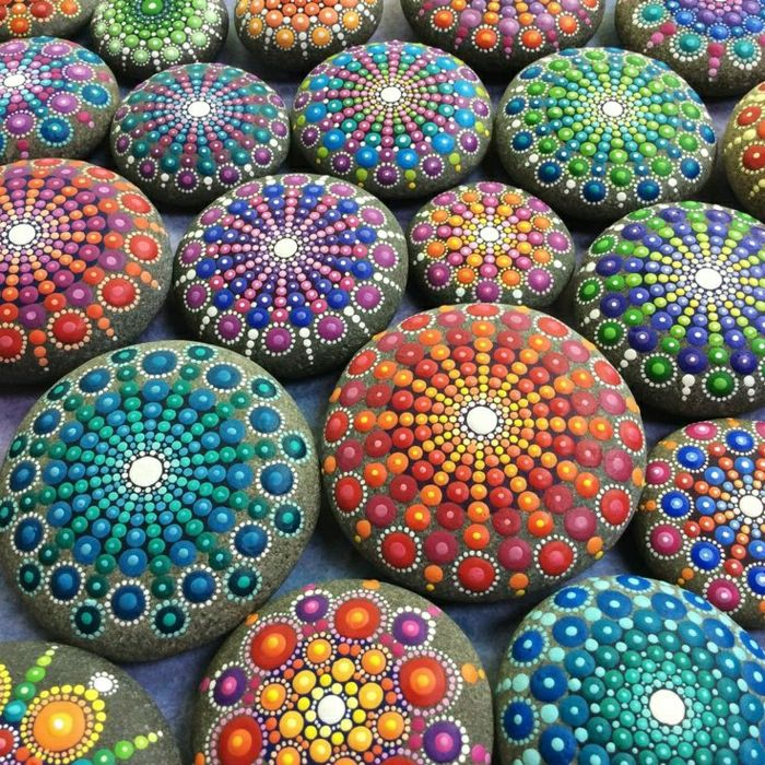 Steine mit bunter Mandala Dekoration