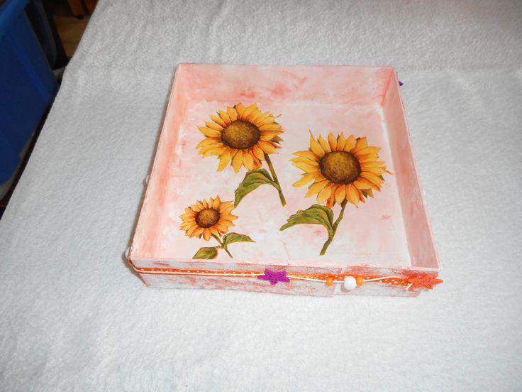 """joli plateau aux motifs """"tournesols"""" réalisé avec une boîte de fromage, des serviettes en papier et du ruban. Dimensions : 23 cms x 23 cms. J'en ai réalisé plusieurs. On peut les offrir en les garnissant de chocolats, de bonbons ou de fruits."""