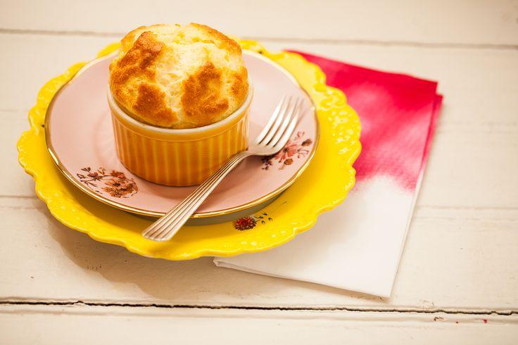Suflê de queijo Gruyère | Receita Panelinha:  Clássico dos clássicos, o suflês de queijo é uma entrada pra lá de elegante. E ele é também o acompanhamento certo para transformar uma carne grelhada num prato sofisticado.