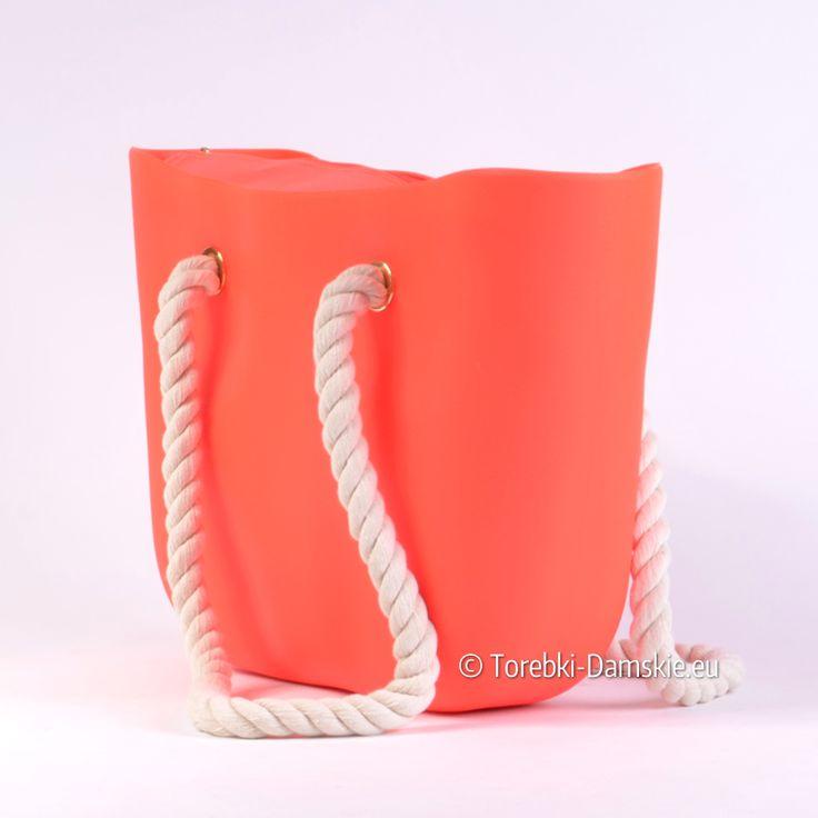 """Damska silikonowa torba w """"żarówiastym"""" odcieniu koloru różowego. Grube sznury pełnią rolę pasków"""