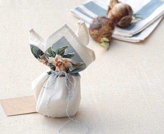 Spring bulb wedding favours in a vintage hankerchief http://thenaturalweddingcompany.co.uk/blog