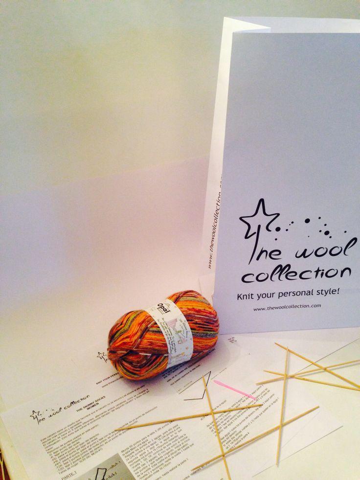 Nuestros kits incluyen: ovillo de lana, 7 agujas de tejer para hacer al mismo tiempo ambos calcetines, aguja lanera, patrón. #kit #knitting #tejer
