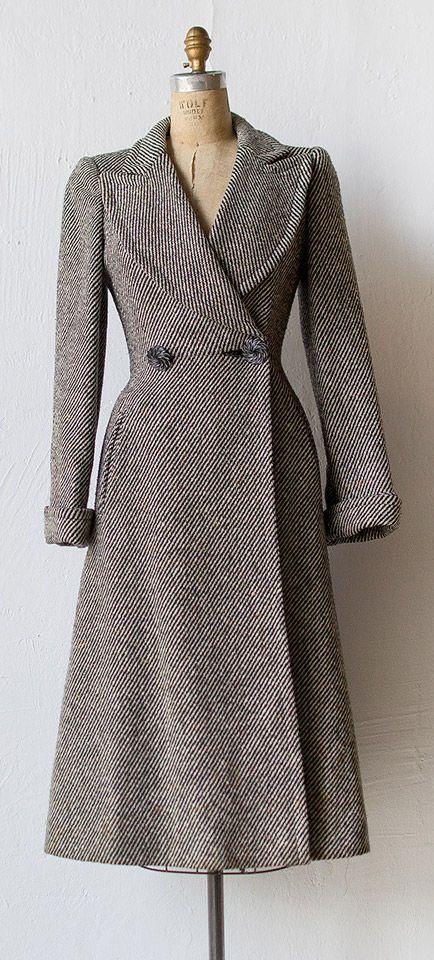 Kraag en opslag met klimmende kniplijn. Vintage 1940s princess coat by Adored Vintage