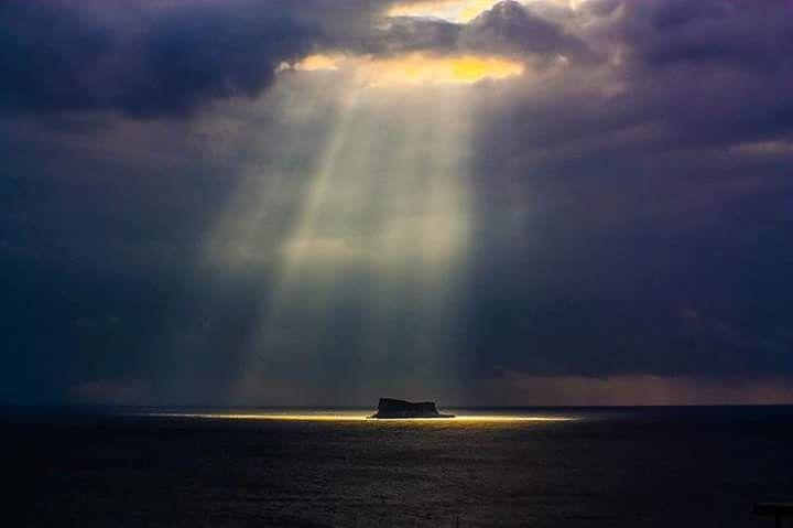 ترون في الصورة جزيرة فلفلة المالطية وهي جزيرة صغيرة غير مأهولة تقع جنوب جزيرة مالطا لكنها تعتبر معلما طبيعيا اتموبيديا Island Natural Landmarks Photo