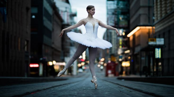 Heräilevä Helsinki on henkeäsalpaavan kaunis – siksi 17-vuotiaat balettitanssijat Ruusa Vuori, Nasa Abibo Baptista Baldè ja Oskari Kymäläinen tanssivat syntymäpäiväänsä tänään juhlivan kaupungin aamuöisillä kaduilla.