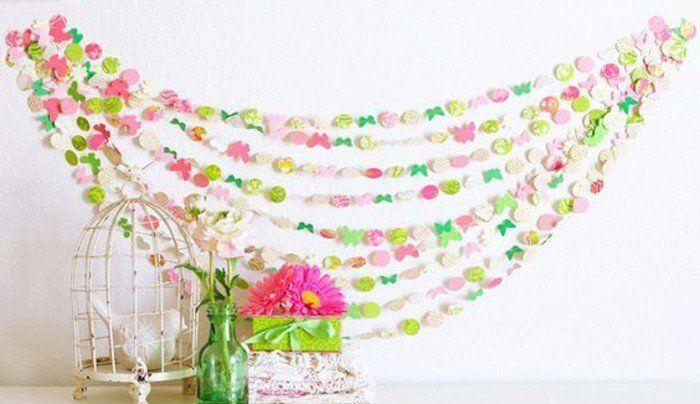 modèle de guirlande en papier à petits motifs, cercles et petites papillons, exemple de decoration printemps