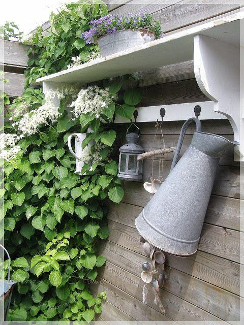 Bizzy @T.. home, waarom niet? een oude kapstok in je tuin met een klimmer ernaast. Die schelpenmobiel wil ik zeker 1 keer maken