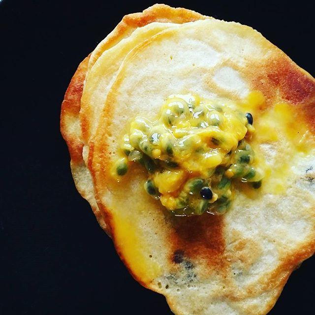 Best breakfast ever - pancakes!  vandaag een beetje zomer gevoel met passievrucht op mijn pannenkoeken  #goodfood #gezondeten #instafood #healthyeating #summervibes #eatwell #ontbijt #mommytobe #zwanger #zwangerschap #pregnancy #blogger #withalice #momtobe #pregnant #breakfast #pannenkoeken #pancakes #passievrucht