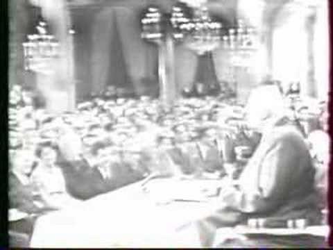 De Gaulle - Vive Le Québec Libre Courts extraits du discours du 24 juillet 1967, au balcon de l'hôtel de ville de Montréal. Le premier ministre du Québec est Daniel Johnson, qui précède René Levesque. Le maire de Montréal Jean Drapeau, qui affirmera toujours avoir soufflé avec vigueur les mots célèbres. La fureur du gouvernement fédéral canadien fut telle que De Gaulle, qui devait conclure son voyage à Ottawa, reprit aussitôt l'avion pour Paris.