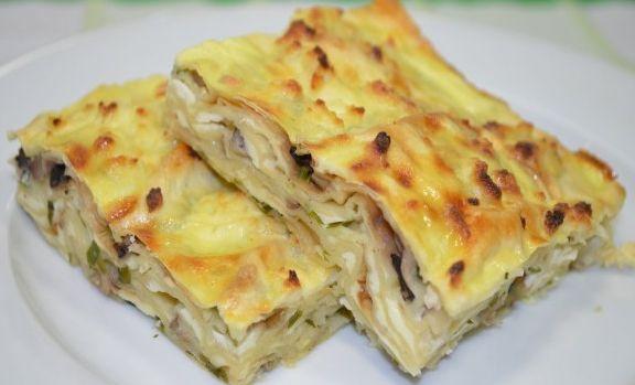 Пирог из лаваша с грибами и сыром — это быстро, вкусно и тесто ставить не надо. Продукты: 1.Лаваш тонкий — 2 шт 2. Яйца — 2 шт 3. Шампиньоны — 100 гр 4. Петрушка — 10 гр 5. Натуральный йогурт — 250 мл 6. Сыр — 150 г (у нас адыгейский) 7. Специи — по вкусу Как приготовить пирог из лаваша: В миске соединить яйца с йогуртом и специями по вкусу. Лаваш разрезать на листы размером с вашу форму для выпечки. Зелень порубить, шампиньоны порезать мелким кубиком, сыр натереть на крупной терке. Форму…