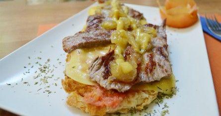 TOSTA DE TERNERA. Rebanada de pan de pueblo con tomate restregado, queso fundido, cebolla caramelizada y toque de mostaza.