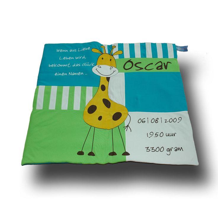 Een boxkleed in banen en vlakken, met afbeelding en kleuren van het geboortekaartje. #bijzondere #kraamcadeaus