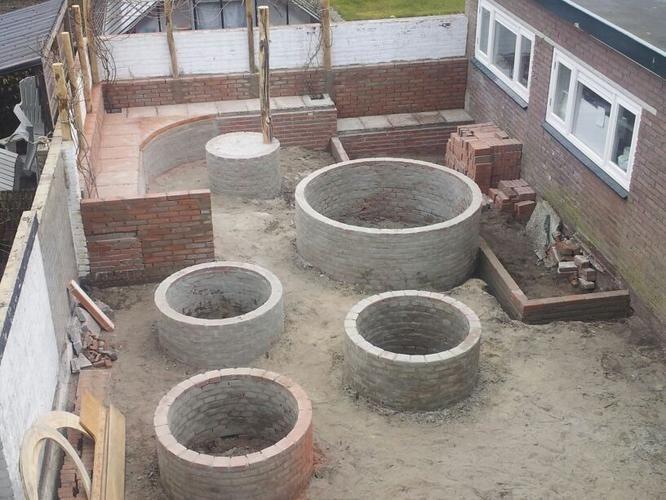 Buitenstuc/afsmeren van:  11,5 m muur (met ramen en deur)  bank van ca 9 m en de resterende muur daarboven   ronde tafel van 90 cm doorsnede 3 lage cirkelborders van 115 cm doorsnede 1 hoge cirkelborder van 2 m doorsnede.  een randje voor niveauverschil tussen vlonder/gazon (ca 2 m breed), en gazon/bestrating (ca  2x 1 m breed).   De randen dienen wat rond/organisch te worden, er hoeven dus geen stucprofielen gebruikt te worden. Alles gaat vervolgens geverfd worden, dus glad schuurwerk, oid…
